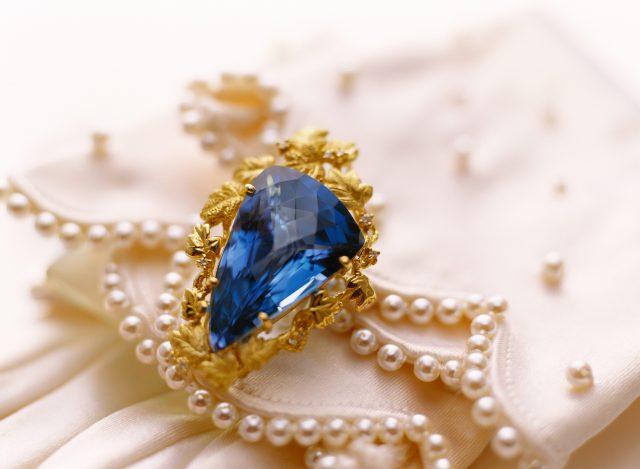 Украшение с драгоценным камнем