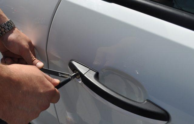 Відкриття дверей автомобіля