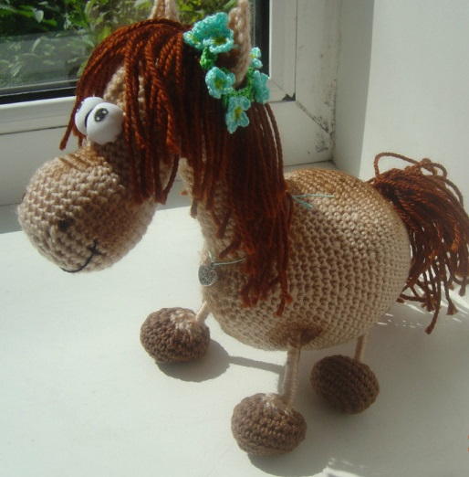 Как связать крючком игрушку лошадку